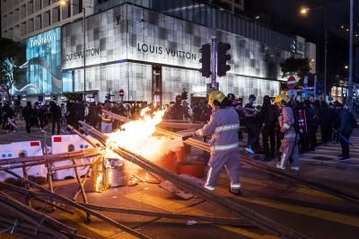 香港一夜烽火 港鐵、店舖起火 逾240人被捕、多人受傷