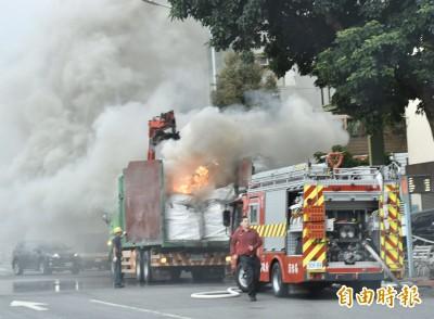 北市貨車開一半突起火狂冒白煙  駕駛驚慌求救