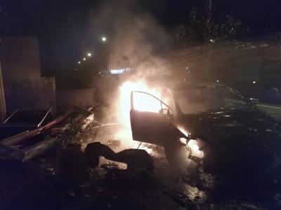 礁溪凌晨自小客車自撞起火 駕駛急脫困