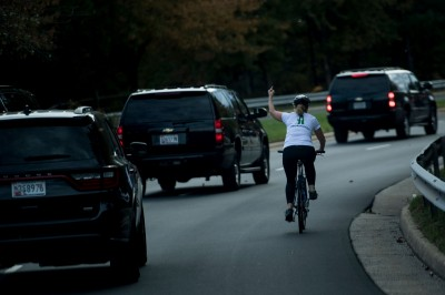 對川普車隊「比中指」遭開除 她當選全美最富郡民代