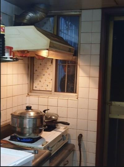驚!廚房外有黑影不斷朝屋內窺視 網友見照嚇壞