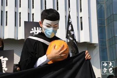 香港中大畢業典禮 逾百名畢業生戴面具校內遊行