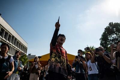 香港中大畢典遊行 中生竟持刀闖入大唱中國國歌