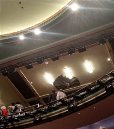 天降橫禍!英國倫敦劇院天花板崩塌 疏散約1100人