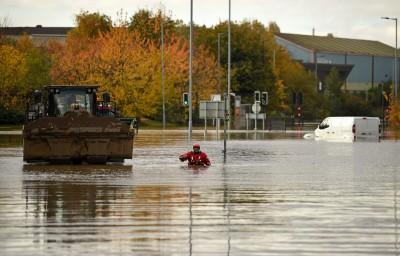 英國暴雨上百處發布「洪水警報」 1女遭沖走身亡