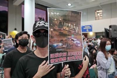 民眾發起集會悼念墜樓港生 港警驅趕不成反被罵跑