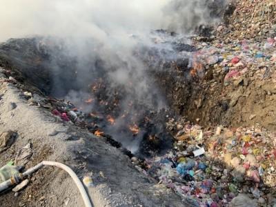 火勢持續4小時!竹北新豐垃圾掩埋場大火 濃煙直衝天際