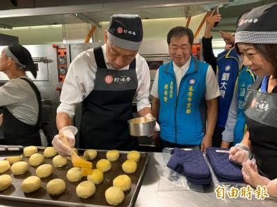 參訪基隆暖暖老餅店 韓國瑜做「帝王酥」