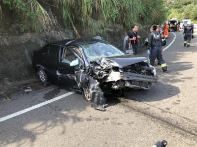 開車過彎不慎撞護欄 副駕駛竟棄友人離去 警追查身分