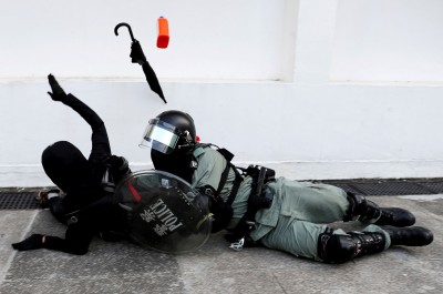 香港人反抗》眼看就要被逮捕 市民出手襲警救回2示威者