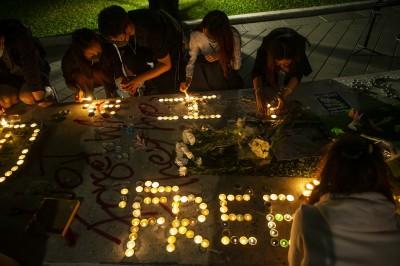 港科大學生墜樓逝世 多國串聯發起悼念活動