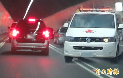 壅塞雪隧遇救護車怎辦? 警方:內車靠左、外車靠右