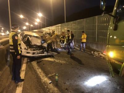 快訊》路不熟?轎車逆向上引道撞連結車 1死1重傷