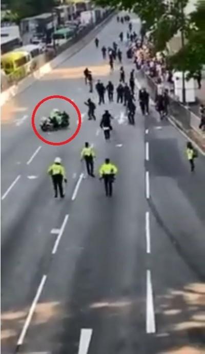有影為證!香港今大三罷 港警騎重機衝向示威人群