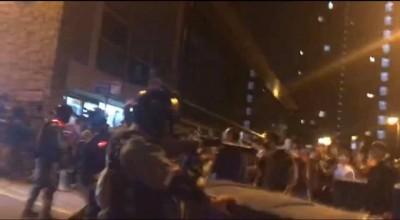 港警闖入港大宿舍外粗暴抓人  手持上膛槍枝指向學生