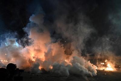 香港人反抗》中大二號橋拉鋸戰 警動用水砲車夜襲