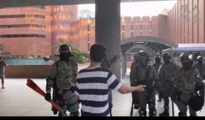 理大學生校董出面調停衝突 卻遭港警施暴辱罵