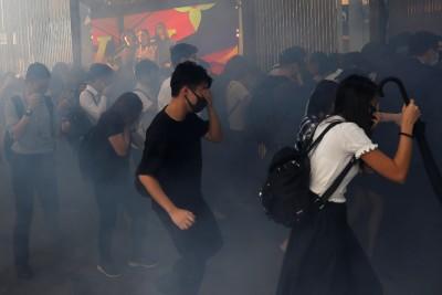 港警向城大射多枚催淚彈 學生宿舍受波及 有警稱要「打頭」開槍