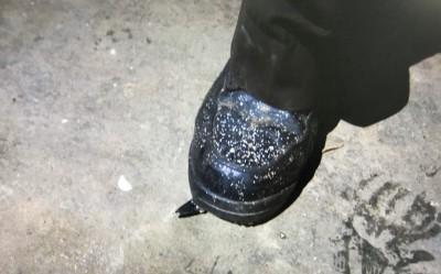 路怒症發作?男穿「特務鞋」用鞋尖踹破三輛汽車輪胎