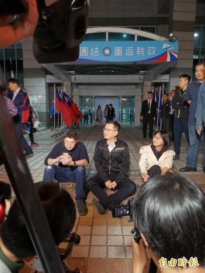 反對吳敦義列不分區安全名單 藍營議員到黨部大門前「靜坐夜諫」