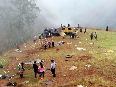 祕魯長途巴士墜300公尺深山谷 至少19死25傷