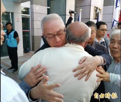 列不分區安全名單惹議 吳敦義哭抱支持者