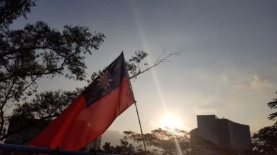 香港中文大學升中華民國國旗 港網友:國民黨別再舔共!