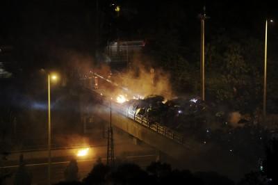 從午夜到天亮!香港中文大學遭警強攻 港民築人鏈送急救品