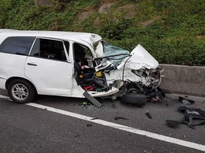 轎車與曳引車對撞  女乘客受困車內雙腿骨折獲救