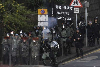 港警朝理大校園發射多枚催淚彈 與示威者對峙