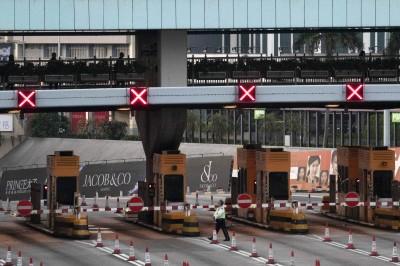 示威者在理大與警對峙 一度癱瘓香港海底隧道
