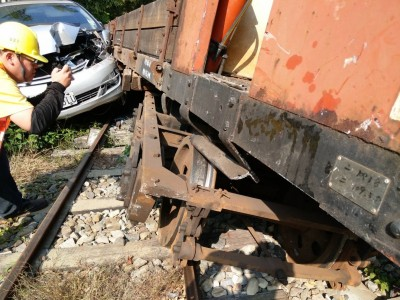 闖禍了!小客車闖林鐵平交道撞工程車