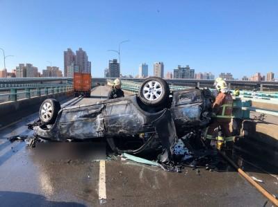 中興橋3車擦撞起火翻覆  副駕駛座乘客被活活燒死