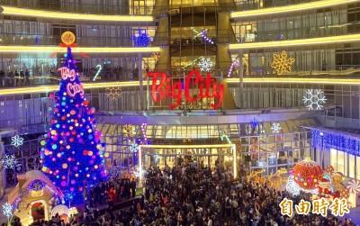 新竹巨城耶誕樹點燈 民眾搶拍打卡