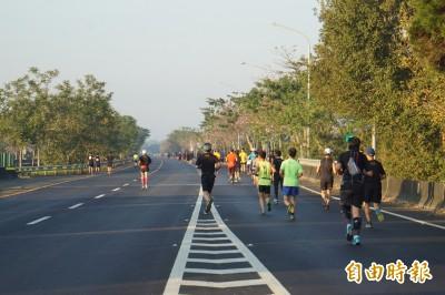 78快速道路路跑 雲林咖啡半程馬拉松千人上國道