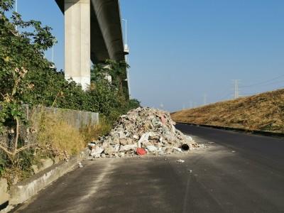 扯!才剛開通1個月 濱海大道遭倒廢棄物
