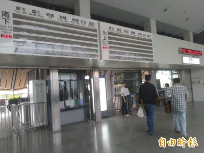 台鐵花蓮站資訊看板故障 旅客找月台霧煞煞