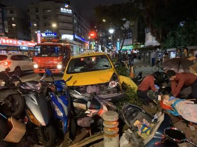 快訊》小黃衝上人行道!台北市吉林國小前重大車禍  1家長命危