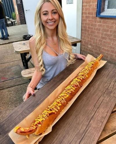 吃到滿身醬!正妹大胃王25分鐘完食「巨型熱狗堡」