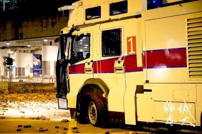 漏氣啦!香港武力鎮壓 水炮車、銳武裝甲車都傳爆胎敗走