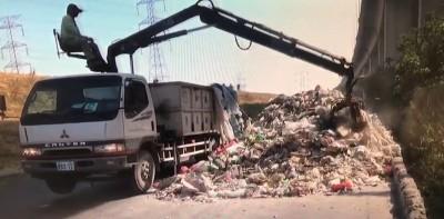 抓到了!彰化濱海大道被偷倒廢棄物 竟遠自北部來