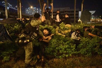 撕毀承諾? 香港理大近900人自首 保安局以暴動罪全數逮捕!