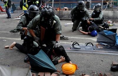 港警拘捕13名記者、要求下跪 記協譴責:違反新聞自由