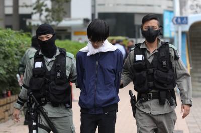 沒有人權!香港理大附近 防暴警搜查上班民眾