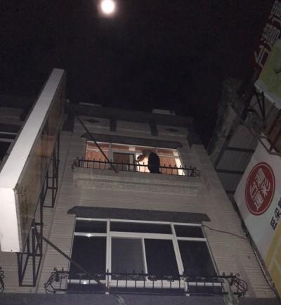 深夜曬衣受困頂樓 半裸男扮蜘蛛人卻卡在半空