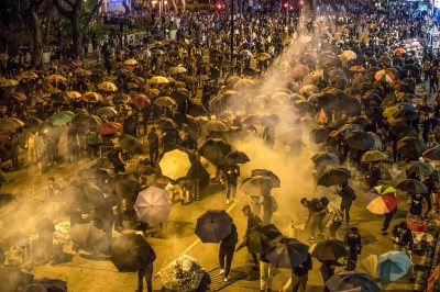 傳催淚彈恐生戴奧辛 香港官員推拖:露天燒垃圾更易生有毒氣體