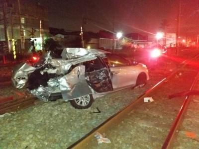 轎車疑闖平交道被自強號撞爛 女駕駛送醫