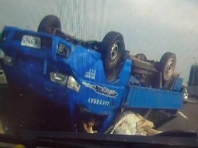 國道驚見女孩從翻覆貨車中爬出 警察家庭即刻救援