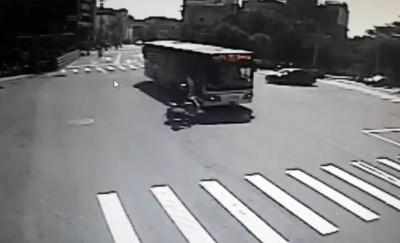 台中公車疑闖紅燈肇事 騎士捲車輪腳壓斷
