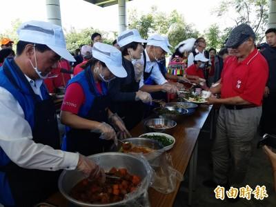 話中有話?韓國瑜原鄉送菜人人要 饒慶鈴嘆:站錯位置